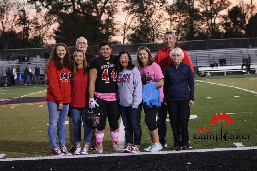 Carter Hayslett (#44) poses with his family for a photo.