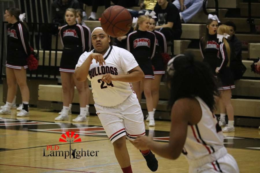 #24 Anaiyah Cotton passes the ball to her teammate #20 Cheyenne Fullwood.