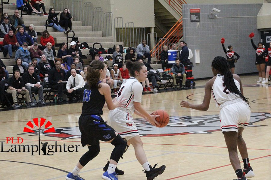 #24 Jailyn Ginter handing off the ball to #21 Aziah Campbell.