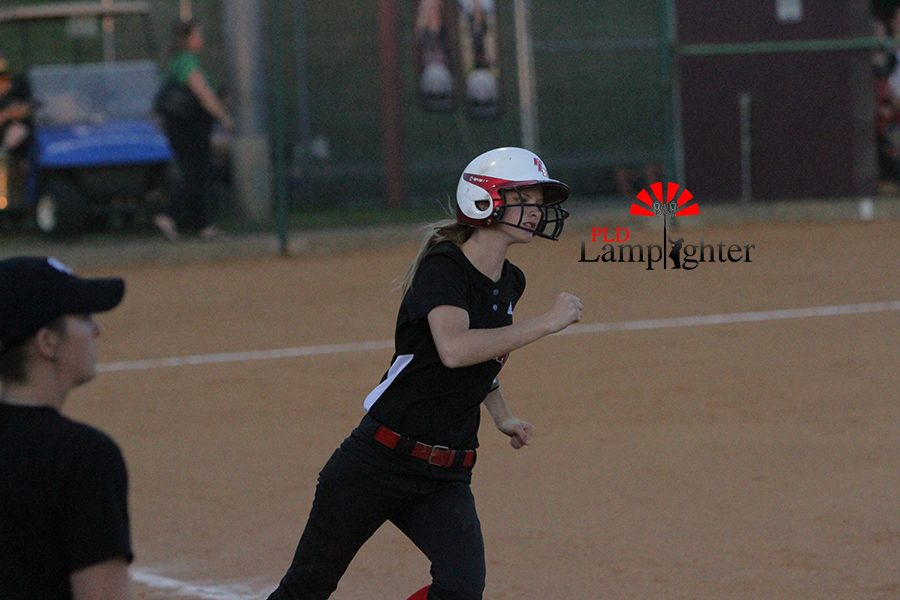 #22 Erica Vain sprints to first on after grounding to shortstop.