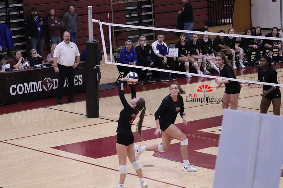 #4 Campbell Gash setting up #14 Eleanor Davis for a spike